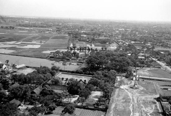 005-1950 Aerial view of HANOI - Góc dưới bên phải là khu lăng mộ Hoàng Cao Khải
