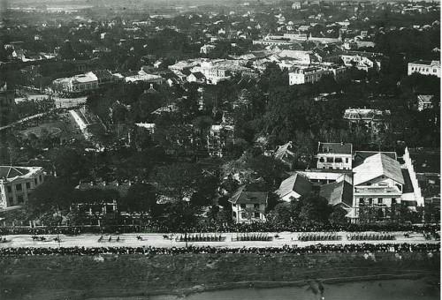 005.Binh lính diễu binh trên đường Quai Clémenceau (nay là đường Trần Quang Khải)
