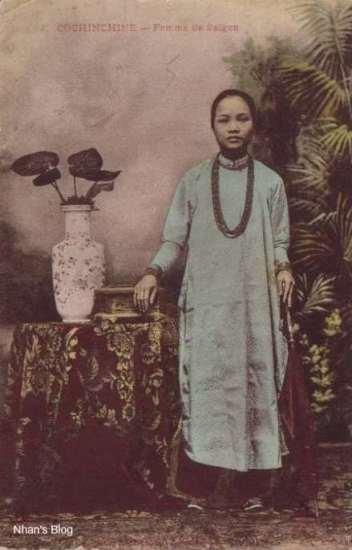 005Bức bưu ảnh này khẳng định nhận định trên là đúng. Cũng người mẫu ấy, khung cảnh ấy, chỉ thay thế đứng –  thiếu nữ trong ảnh đã trở thành người Sài gòn.