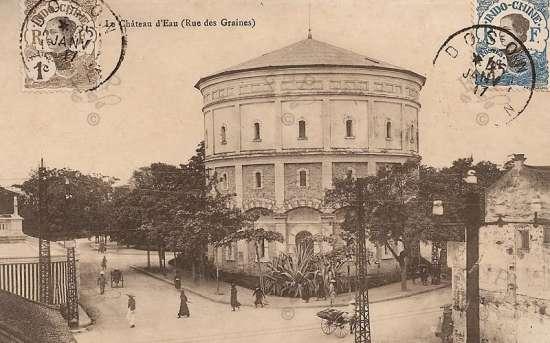 Tháp nước được xây năm 1894 bằng đá phá thành Hà Nội. Nước từ nhà máy Yên Phụ được đưa lên tháp để phân phối theo ống dẫn đi khắp nơi trong thành phố.