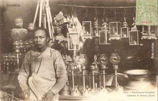 Nghề làm hàng bằng sắt tây có từ khi người dân bắt đầu quen với việc dùng đèn dầu hoả thay các loại dầu thắp sáng trước đó.