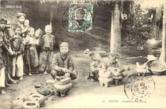 Người ta còn lấy hàng đồng đúc như hạc, đỉnh, lư hương, bát hương, lọ hoa từ các làng nghề Hè Nôm (Bắc Ninh), Ngũ Xá (Hà Nội) về kinh doanh. Bức bưu thiếp miêu tả khâu làm khuôn đúc đồng.
