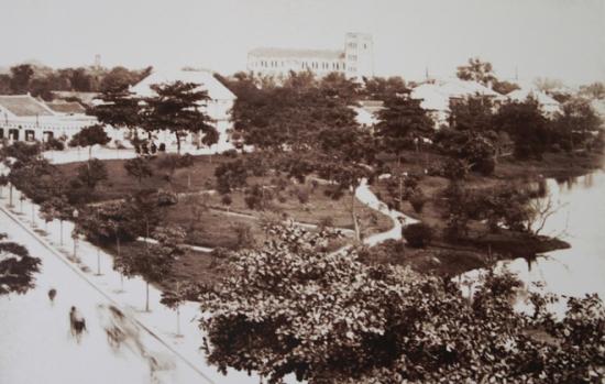 005a.Góc Hồ Hoàn Kiếm (đường Hàng Khay -Lê Thái Tổ ngày nay), xa xa là Nhà Thờ Lớn Hà Nội., Cái tên Jules Ferry, Thủ tướng Pháp thời đó, được đặt cho một con đường phía Tây hồ Hoàn Kiếm, rất gần Nhà Thờ Lớn.