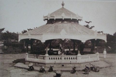 Còn nhà hòa nhạc (Nhà Kèn) được xây gần hồ Hoàn Kiếm. Vào ngày nghỉ, đội nhạc của Pháp đóng ở Hà Nội thường diễu hành qua hồ rồi về đây hòa nhạc.