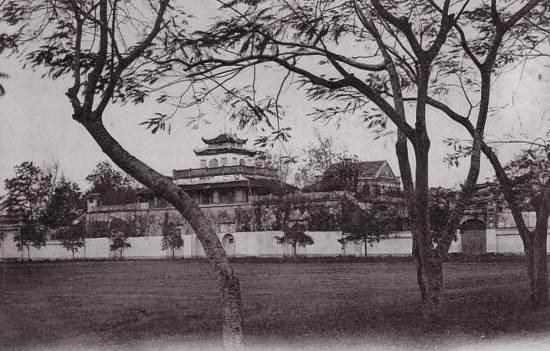 006.Đoan Môn (Khi Pháp hoàn thành việc bình định Thăng Long đã cho việc trồng cây xanh và làm đường ở khu vực cột cờ Hà Nội.