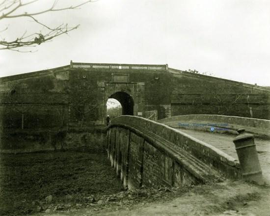 006.Cửa Đông - 1888, lúc này đã bị hạ mất lầu trên cổng thành