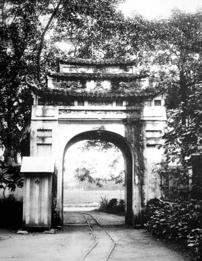 006.Một cổng thành Hà Nội