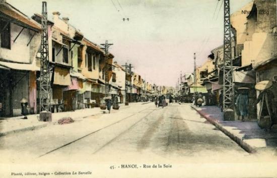 Phần lớn nhà trên phố là nhà hai tầng với kiểu kiến trúc rát đặc trưng của phố cổ Hà Nội.