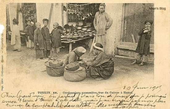 Hình ảnh trên phố Hàng Đồng với một phụ nữ sửa chữa giầy