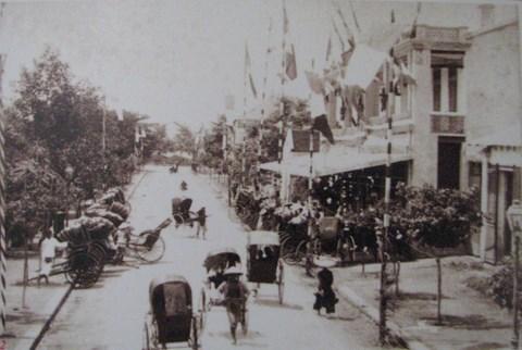 Khách sạn Hà Nội với dãy xe kéo  Pouspous - phương tiện giao thông phổ biến của thành phố thời đó