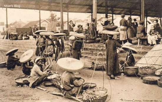 Cảnh buôn bán bên trong chợ, nơi mỗi cầu chợ được dành cho một ngành hàng.