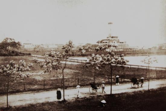 008.cột cờ Hà Nội ( Đã thấy làm đường và trồng cây xanh theo kiểu đô thị Pháp)
