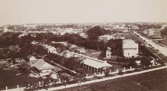 008.Ảnh chụp từ Cột Cờ Hà Nội nhìn ra một lô đất còn để trống  và phía xa xa là Nhà Thờ Lớn Hà Nội . 1896-1900