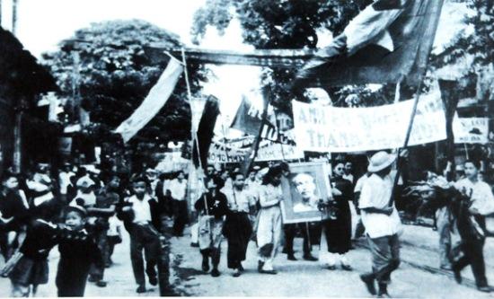 008.Nhân dân rước ảnh Bác trên phố Hàng Bông.