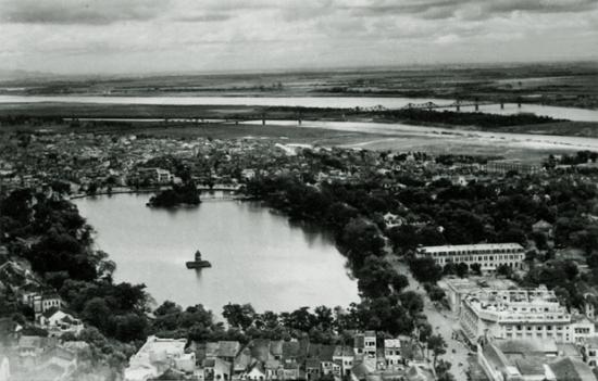 008. Ven bờ Nam Hồ Gươm nhì ra xa là cầu Long Biên.
