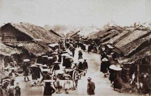 008.Thời Rousseau cầm quyền, người Pháp không phá bỏ những phố phường từ xưa của đất Thăng Long. Ở mức độ khác nhau, họ đầu tư cải tạo hạ tầng nhưng vẫn giữ nguyên yếu tố truyền thống. Trong ảnh này phố Chợ Gạo vẫn giữ được vẻ sơ sài, bán gạo và nông sản.