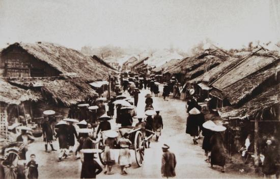 Thời Rousseau cầm quyền, người Pháp không phá bỏ những phố phường từ xưa của đất Thăng Long. Ở mức độ khác nhau, họ đầu tư cải tạo hạ tầng nhưng vẫn giữ nguyên yếu tố truyền thống. Trong ảnh này phố Chợ Gạo vẫn giữ được vẻ sơ sài, bán gạo và nông sản.