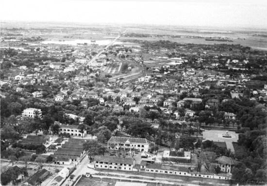 008b.Đường Cái Quan và Nhà ga Hà Nội (giữa ảnh) năm 1951.