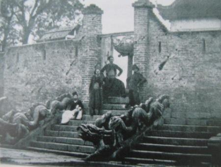 009.Bậc thềm điện Long Thiên được xây công sự bảo vệ (khoảng 1890)