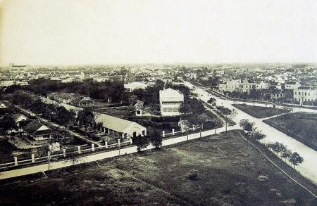 009.Đứng trên cột cờ nhìn xuống, khu có nhà cửa nhiều ở xa xa là khu phố Âu. Đường lớn cắt ngang là Điện Biên Phủ ngày nay.