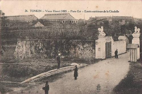 009.Cửa Đông chính môn vẫn còn nhìn thấy phía trong nhưng thực dân Pháp đã cho xây cổng bảo vệ phía ngoài