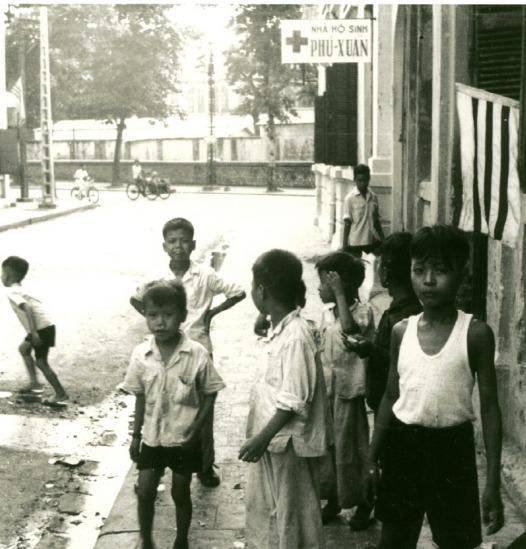 009.Những đứa trẻ trên con phố gần Văn Miếu - Quốc Tử Giám, Hà Nội.