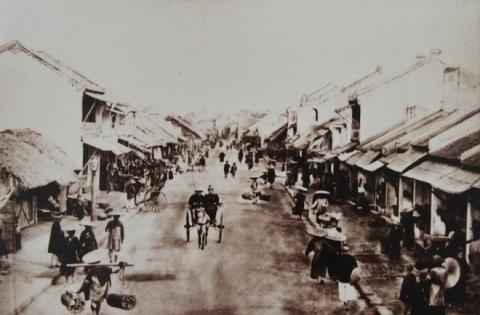 Phố Hàng Điếu đã rộng rãi, sang trọng hơn vì bán đồ hút cho những vị khách thị dân.