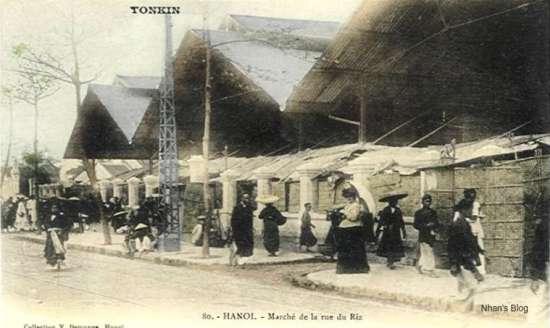 Những bức ảnh thời kì đầu cho thấy mặt tiền của chợ chưa được xây