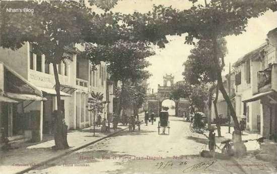 Năm 1906. Cột đèn trên hè trái cùng loại với trên phố Hàng Tre