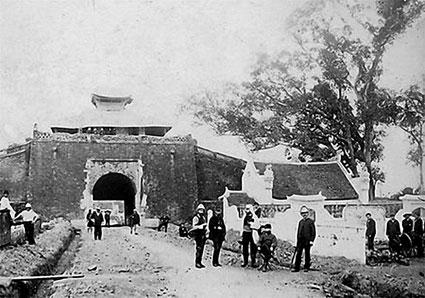 011.Của Bắc với quân lính đứng bên cổng, trước cổng còn thấy ngôi miếu thờ thần