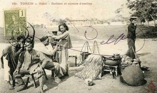 011c.Phó cạo trước cổng thành Hà nội (đuờng Điện Biên Phủ ngày nay)