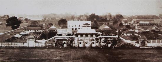 012.Ảnh còn lưu lại nhiều bức hình quý giá về thành Hà Nội trước khi bị phá hủy. Trong ảnh, Cửa Đoan Môn thẳng với Sở Pháo thủ của quân Pháp.
