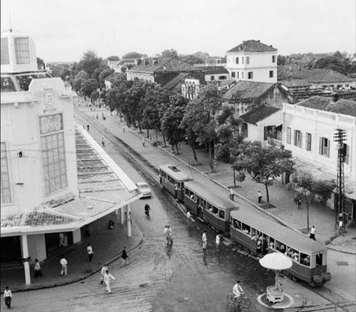 012.Tàu điện chạy qua Bách hóa Tổng hợp nay là Tràng Tiền Plaza.