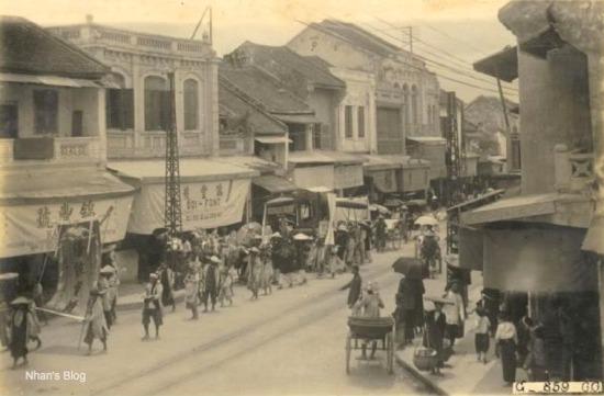Đường phố Hà Nội xưa vẫn bắt gặp những đám rước như thế này
