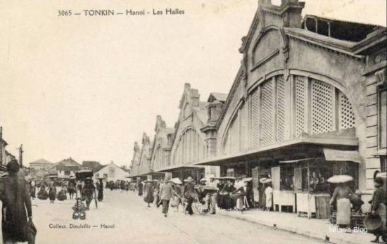 Khoảng năm 1920, chợ Đồng Xuân được sửa sang lại. Mặt tiền theo kiến trúc Pháp, gồm năm phần hình tam giác có trổ lỗ như tổ ong. Cây cối chặt quang để mở thành đường phố có vỉa hè, có rãnh thoát nước.