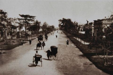014.Con đường đầu tiên mở mang không gian thành phố về phía nam hồ Hoàn Kiếm mang tên vị vua đã ký nhượng Hà Nội cho Pháp - Đồng Khánh - nay chính là phố Hàng Bài.
