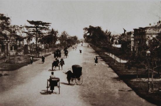 Con đường đầu tiên mở mang không gian thành phố về phía nam hồ Hoàn Kiếm mang tên vị vua đã ký nhượng Hà Nội cho Pháp - Đồng Khánh - nay chính là phố Hàng Bài.