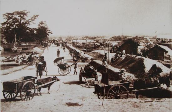 Cùng với việc chỉnh trang khu phố cổ, các đường phố mới cũng được quy hoạch bài bản để mở rộng quy mô của Hà Nội. Trước năm 1888, người Pháp lưu trú trong khu vực, được gọi là Đồn Thủy. Họ đã cho kè đê mở rộng từ Đồn Thủy tới tận Hồ Tây.