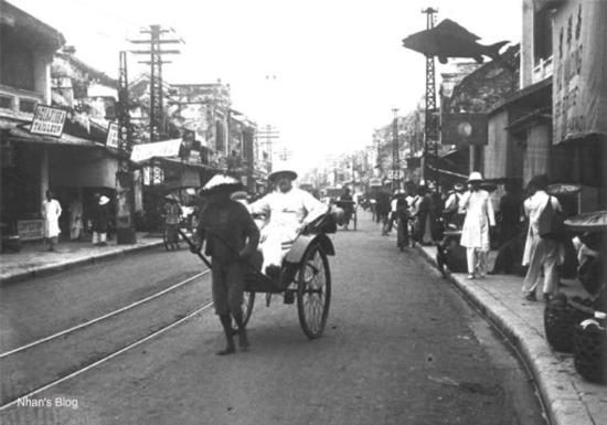 Người Hà Nội đổ đến con phố này không chỉ để mua sắm, mà còn để hoà mình vào không khí tấp nập phồn hoa của con phố giầu nhất Việt Nam thời đó.