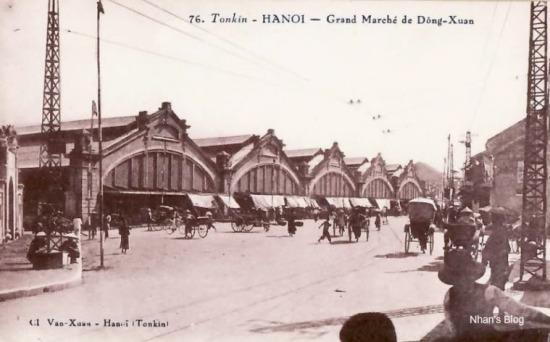 Toàn cảnh 5 khối chợ. Sau vụ cháy năm 1994, khi xây dựng lại chợ, phần mặt tiền chỉ giữ lại 3 khối tam giác, khối thứ nhất và thứ năm đã bị dở bỏ để mở rộng phố Hoàng Khoai và phố Cầu Đông.