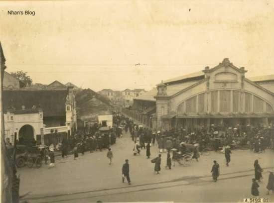 Hướng chụp về phố Hàng Khoai. Cả bức ảnh trước và bức ảnh này cho thấy đình Đồng Xuân tồn tại đến những năm 20 của thế kỉ trước.