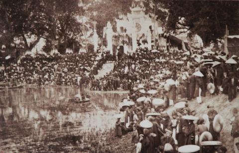 018.Đền Quán Thánh, ngôi đền được xây từ thế kỷ 12, chuyển về gần Hồ Tây thế kỷ 15. Nó được trùng tu năm 1893 và khánh thành đúng thời điểm ông Rousseau đương quyền. Thời đó người Pháp quen gọi bức tượng đồng Thánh Trấn Vũ nặng 4 tấn là đại Phật.
