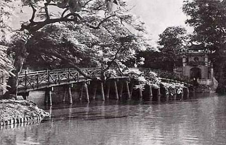 019.Cầu Thê Húc vào hạ (ảnh chụp năm 1945)_