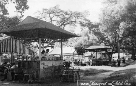 020.Các kiosques bên hồ Gươm đầu nữhng năm 50, đoạn ngày nay là bến xe bus, trông sang nhà Cá Mập. (Bạn nào kiểm tra lại giùm).