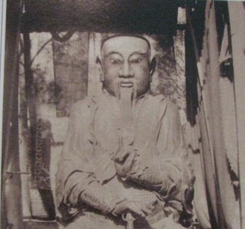 Tượng thánh Trấn Vũ thời đó vẫn còn đặt bên ngoài đền chứ chưa đưa vào bên trong hậu cung như bây giờ