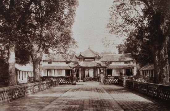 Chùa Láng được xây dựng thế kỷ 17, nổi tiếng với lối kiến trúc và thờ tự đến nay vẫn không mấy thay đổi.