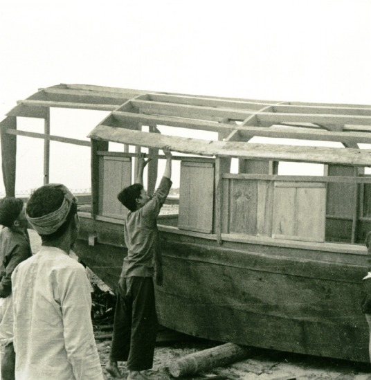 021.Dân chài sông Hồng đóng thuyền bè.