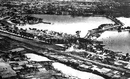 021.Hồ Trúc Bạch và Đường Cổ Ngư, bên tay phải là Hồ Tây