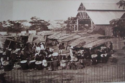 Chợ ở Hà Nội. Bên cạnh các gian hàng tranh tre nứa lá đã có khu nhà lớn mái tôn do người Pháp xây dựng