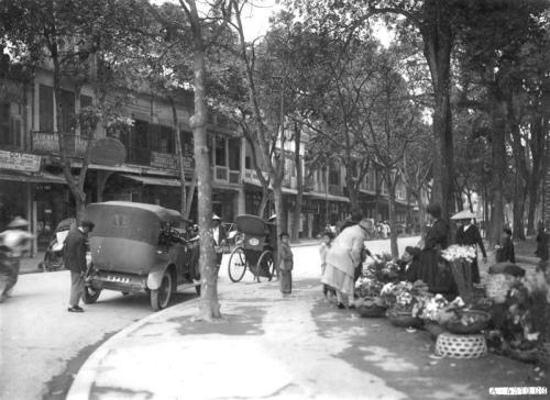 022.Dãy phố Hàng Khay sầm uất cửa các hàng